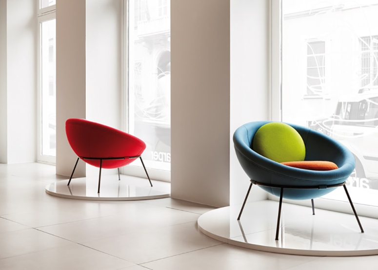 Bowl-chair-by-Lina-Bo-Bardi-reissued-by-Arper_dezeen_ss_11